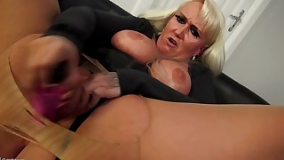 Awesome soloing BBW fucks with a sex toy